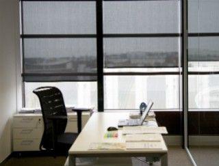 Les stores adaptés aux bureaux dans une véranda